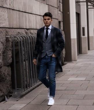 Weißes Businesshemd kombinieren – 500+ Herren Outfits: Perfektionieren Sie den modischen Freizeitlook mit einem weißen Businesshemd und dunkelblauen Jeans. Wenn Sie nicht durch und durch formal auftreten möchten, komplettieren Sie Ihr Outfit mit weißen Segeltuch niedrigen Sneakers.