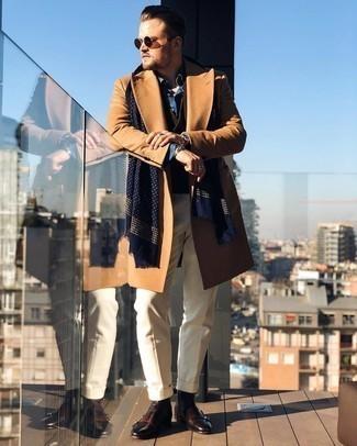 Winter Outfits Herren 2021: Paaren Sie einen camel Mantel mit einer hellbeige Anzughose für eine klassischen und verfeinerte Silhouette. Fühlen Sie sich ideenreich? Entscheiden Sie sich für dunkelbraunen Chelsea Boots aus Leder. Schon mal so einen coolen Winter-Look gesehen?