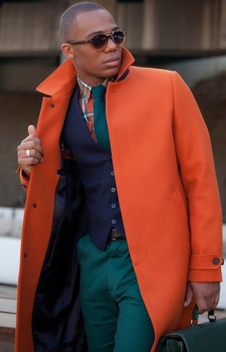 Wie kombinieren: orange Mantel, dunkelblaue Weste, orange Langarmhemd mit Schottenmuster, dunkeltürkise Chinohose