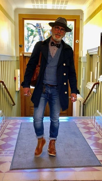 Wie kombinieren: schwarzer Mantel, dunkelblaue Weste, dunkelrotes Langarmhemd mit Vichy-Muster, blaue Jeans