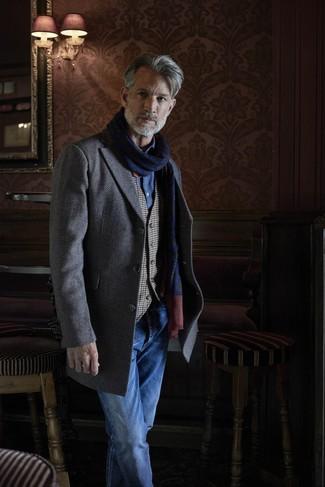 Wie kombinieren: grauer Mantel mit Fischgrätenmuster, graue Weste mit Vichy-Muster, blaues Chambray Langarmhemd, blaue Jeans