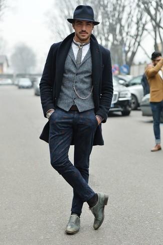 Dunkelblaue bedruckte Chinohose kombinieren: trends 2020: Kombinieren Sie einen dunkelblauen Mantel mit einer dunkelblauen bedruckten Chinohose für Ihren Bürojob. Fühlen Sie sich ideenreich? Entscheiden Sie sich für grauen Leder Oxford Schuhe.