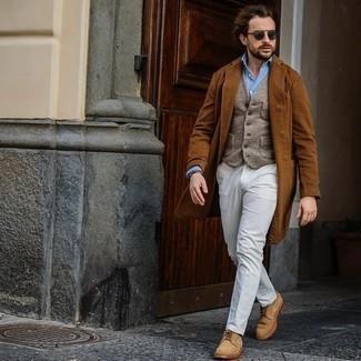 30 Jährige: Hose kombinieren – 500+ Herren Outfits: Entscheiden Sie sich für einen rotbraunen Mantel und eine Hose für eine klassischen und verfeinerte Silhouette. Fühlen Sie sich mutig? Vervollständigen Sie Ihr Outfit mit beige Wildleder Derby Schuhen.
