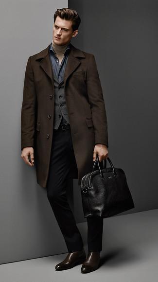 Wie kombinieren: dunkelbrauner Mantel, dunkelgraue Weste, beige Rollkragenpullover, dunkelblaues Chambray Langarmhemd