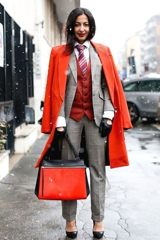Wie kombinieren: roter Mantel, rote Weste, graues Sakko mit Schottenmuster, weißes Businesshemd