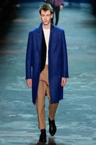 Wie kombinieren: blauer Mantel, schwarze Weste, weißes T-Shirt mit einem Rundhalsausschnitt, beige Wollanzughose