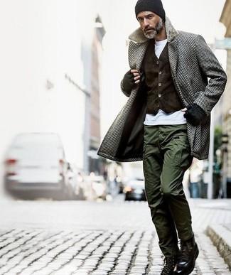 Wie kombinieren: grauer Mantel mit Fischgrätenmuster, dunkelbraune Samtweste, weißes T-Shirt mit einem Rundhalsausschnitt, olivgrüne Cargohose