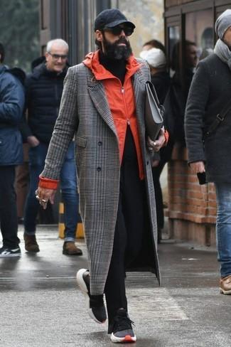 Wie kombinieren: grauer Mantel mit Schottenmuster, orange Windjacke, schwarzer Rollkragenpullover, schwarze Chinohose