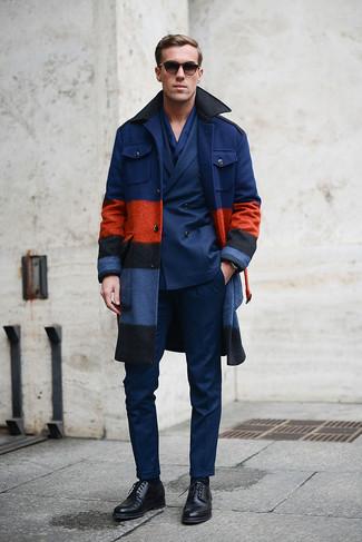 Paaren Sie einen dunkelblauen Mantel mit einer dunkelblauen Anzughose, um vor Klasse und Perfektion zu strotzen. Wenn Sie nicht durch und durch formal auftreten möchten, wählen Sie schwarzen leder derby schuhe.