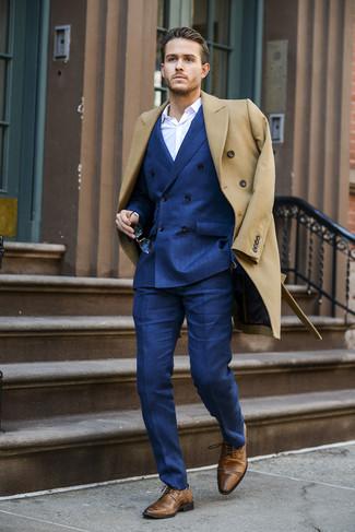 Wie kombinieren: camel Mantel, blaues Zweireiher-Sakko, weißes Businesshemd, blaue Anzughose