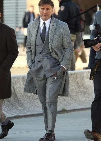 grauer Mantel mit Fischgrätenmuster, graues Zweireiher-Sakko, weißes Businesshemd, graue Wollanzughose für Herren
