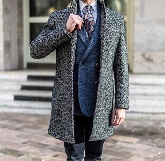 Wie kombinieren: grauer Mantel, blaues Wollzweireiher-sakko, hellviolettes Businesshemd, schwarze Chinohose