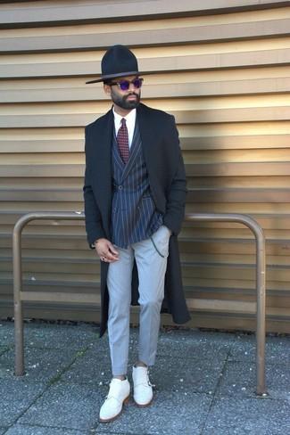 Wie kombinieren: schwarzer Mantel, dunkelblaues vertikal gestreiftes Zweireiher-Sakko, weißes Businesshemd, graue Anzughose