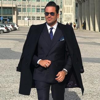Wie kombinieren: schwarzer Mantel, dunkelblaues vertikal gestreiftes Zweireiher-Sakko, weißes Businesshemd, schwarze vertikal gestreifte Anzughose
