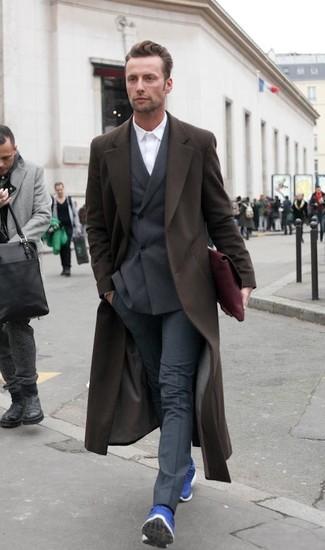 Wie kombinieren: dunkelbrauner Mantel, dunkelbraunes Zweireiher-Sakko, weißes Businesshemd, dunkelgraue Anzughose