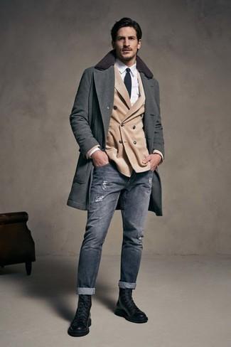Wie kombinieren: dunkelgrauer Mantel, hellbeige Zweireiher-Sakko, weißes Businesshemd, graue enge Jeans mit Destroyed-Effekten