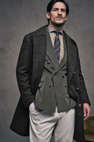 Wie kombinieren: schwarzer Mantel mit Schottenmuster, olivgrünes Zweireiher-Sakko aus Kord, beige Businesshemd, hellbeige Kordjeans