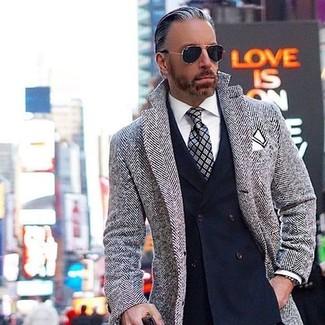 Wie kombinieren: grauer Mantel mit Fischgrätenmuster, dunkelblaues Zweireiher-Sakko, weißes Businesshemd, graue Krawatte mit Schottenmuster