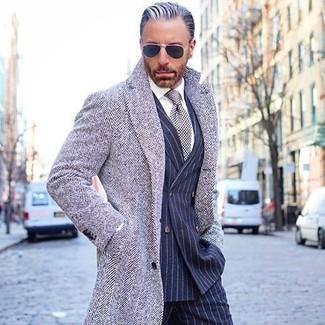 Wie kombinieren: grauer Mantel mit Fischgrätenmuster, dunkelblaues vertikal gestreiftes Zweireiher-Sakko, weißes Businesshemd, dunkelblaue vertikal gestreifte Anzughose