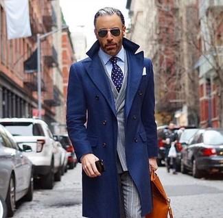 Wie kombinieren: dunkelblauer Mantel, graues vertikal gestreiftes Zweireiher-Sakko, hellblaues Businesshemd, graue vertikal gestreifte Anzughose
