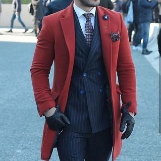 Wie kombinieren: roter Mantel, dunkelblaues vertikal gestreiftes Zweireiher-Sakko, weißes Businesshemd, dunkelblaue vertikal gestreifte Anzughose