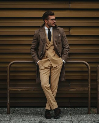 Wie kombinieren: brauner Mantel mit Schottenmuster, beige Zweireiher-Sakko, weißes Businesshemd, beige Anzughose