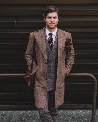 Wie kombinieren: brauner Mantel, graues Wollzweireiher-sakko mit Karomuster, weißes Businesshemd, graue Wollanzughose mit Schottenmuster