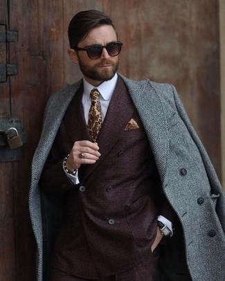 Wie kombinieren: grauer Mantel mit Fischgrätenmuster, dunkelbraunes Zweireiher-Sakko, weißes Businesshemd, gelbe bedruckte Krawatte