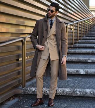 Wie kombinieren: brauner Mantel, beige Zweireiher-Sakko, weißes und schwarzes vertikal gestreiftes Businesshemd, beige Anzughose