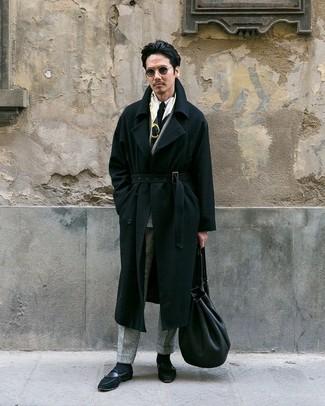 Wie kombinieren: schwarzer Mantel, graues Wollzweireiher-sakko mit Karomuster, weißes Businesshemd, graue Wollanzughose mit Karomuster