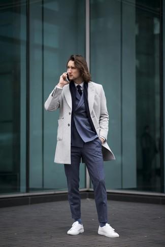Wie kombinieren: grauer Mantel, dunkelblaues Zweireiher-Sakko, weißes Businesshemd, dunkelblaue Anzughose