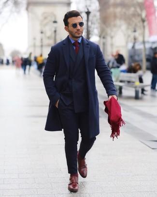 Dunkelrote Krawatte kombinieren: trends 2020: Kombinieren Sie einen dunkelblauen Mantel mit einer dunkelroten Krawatte für eine klassischen und verfeinerte Silhouette. Wenn Sie nicht durch und durch formal auftreten möchten, wählen Sie dunkelroten Doppelmonks aus Leder.