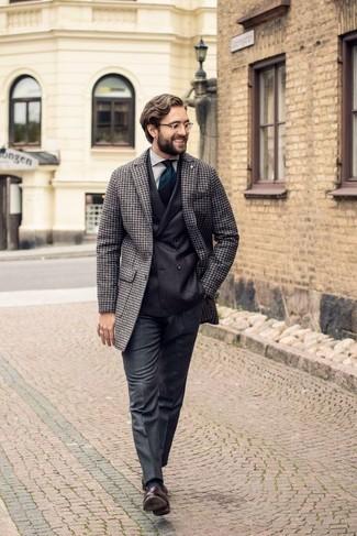 Dunkelgrüne horizontal gestreifte Krawatte kombinieren: trends 2020: Geben Sie den bestmöglichen Look ab in einem grauen Mantel mit Hahnentritt-Muster und einer dunkelgrünen horizontal gestreiften Krawatte. Ergänzen Sie Ihr Look mit dunkelbraunen Leder Slippern mit Quasten.