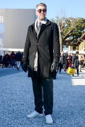 Dunkelgraue Wollanzughose kombinieren: trends 2020: Entscheiden Sie sich für einen schwarzen Mantel und eine dunkelgraue Wollanzughose für eine klassischen und verfeinerte Silhouette. Wenn Sie nicht durch und durch formal auftreten möchten, vervollständigen Sie Ihr Outfit mit weißen Leder niedrigen Sneakers.