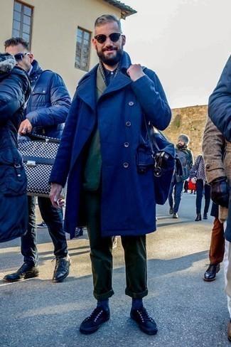 Dunkelgrüne Chinohose kombinieren: trends 2020: Die modische Kombination aus einem dunkelblauen Mantel und einer dunkelgrünen Chinohose ist perfekt für einen Tag im Büro. Wenn Sie nicht durch und durch formal auftreten möchten, ergänzen Sie Ihr Outfit mit schwarzen niedrigen Sneakers.