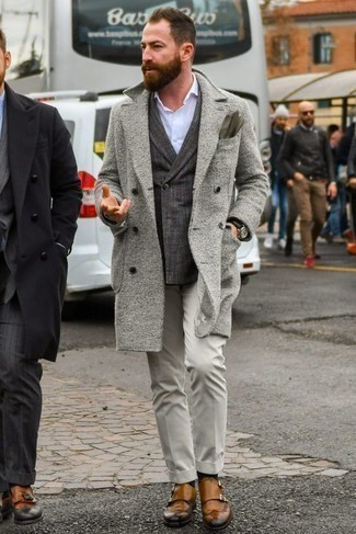 Mantel kombinieren: trends 2020: Kombinieren Sie einen Mantel mit einer grauen Anzughose, um vor Klasse und Perfektion zu strotzen. Wenn Sie nicht durch und durch formal auftreten möchten, komplettieren Sie Ihr Outfit mit beige Doppelmonks aus Leder.