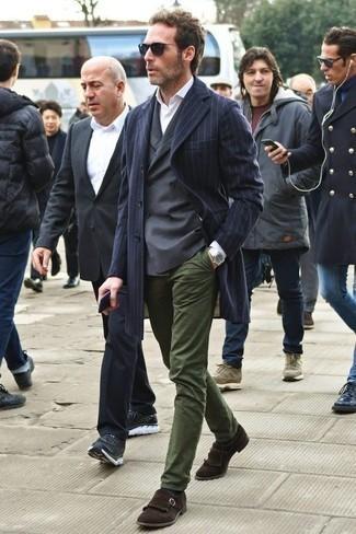 Mantel kombinieren: trends 2020: Erwägen Sie das Tragen von einem Mantel und einer olivgrünen Chinohose, um einen modischen Freizeitlook zu kreieren. Vervollständigen Sie Ihr Outfit mit dunkelbraunen Wildleder Slippern mit Fransen, um Ihr Modebewusstsein zu zeigen.