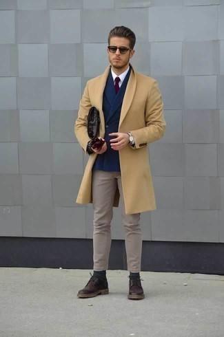 Dunkellila Leder Derby Schuhe kombinieren: trends 2020: Tragen Sie einen camel Mantel und eine hellbeige Chinohose für Ihren Bürojob. Fühlen Sie sich ideenreich? Ergänzen Sie Ihr Outfit mit dunkellila Leder Derby Schuhen.