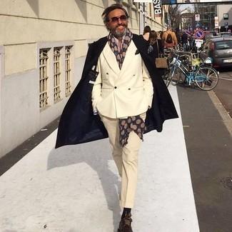 Hellbeige Anzughose kombinieren – 552+ Herren Outfits: Tragen Sie einen schwarzen Mantel und eine hellbeige Anzughose für eine klassischen und verfeinerte Silhouette. Wählen Sie die legere Option mit dunkelbraunen Leder Derby Schuhen.