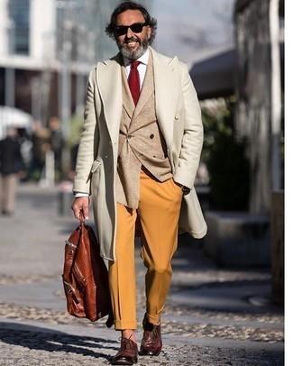 kalt Wetter Outfits Herren 2020: Vereinigen Sie einen beigen Mantel mit einer rotbraunen Anzughose für einen stilvollen, eleganten Look.