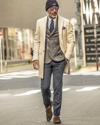 Dunkelgraue Chinohose kombinieren – 5 Elegante Herren Outfits kalt Wetter: Die Paarung aus einem beigen Mantel und einer dunkelgrauen Chinohose ist eine großartige Wahl für einen Tag im Büro. Machen Sie Ihr Outfit mit braunen Doppelmonks aus Wildleder eleganter.