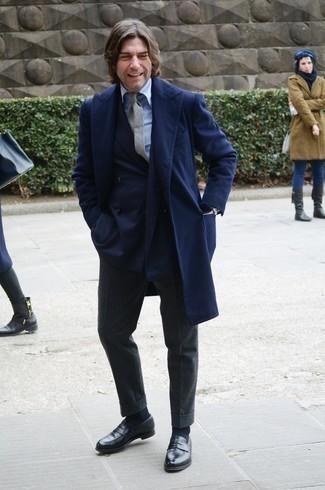 kalt Wetter Outfits Herren 2020: Kombinieren Sie einen dunkelblauen Mantel mit einer dunkelgrauen Wollanzughose für einen stilvollen, eleganten Look. Suchen Sie nach leichtem Schuhwerk? Wählen Sie schwarzen Leder Slipper für den Tag.