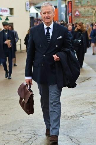 Dunkelbraune Chelsea Boots aus Wildleder kombinieren – 697+ Herren Outfits: Paaren Sie einen schwarzen Mantel mit einer blauen Wollanzughose, um vor Klasse und Perfektion zu strotzen. Bringen Sie die Dinge durcheinander, indem Sie dunkelbraunen Chelsea Boots aus Wildleder mit diesem Outfit tragen.