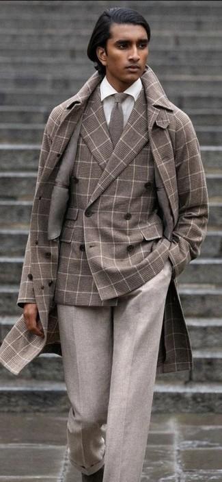 Graue Strick Krawatte kombinieren – 40 Herren Outfits: Vereinigen Sie einen braunen Mantel mit Schottenmuster mit einer grauen Strick Krawatte für einen stilvollen, eleganten Look. Fühlen Sie sich ideenreich? Vervollständigen Sie Ihr Outfit mit dunkelbraunen Chelsea Boots aus Wildleder.