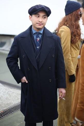 Wie kombinieren: schwarzer Mantel, dunkelblaues vertikal gestreiftes Zweireiher-Sakko, blaues Jeanshemd, dunkelblaue vertikal gestreifte Anzughose