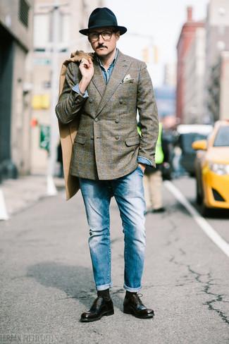 Dunkelbraune Socken kombinieren: trends 2020: Für ein bequemes Couch-Outfit, kombinieren Sie einen camel Mantel mit dunkelbraunen Socken. Dunkelbraune Leder Oxford Schuhe putzen umgehend selbst den bequemsten Look heraus.