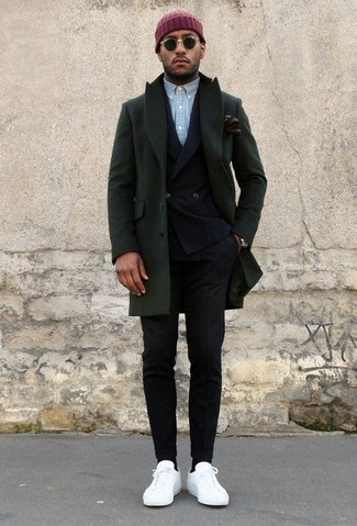 Wie kombinieren: dunkelgrüner Mantel, schwarzes Zweireiher-Sakko, hellblaues Chambray Langarmhemd, schwarze Anzughose