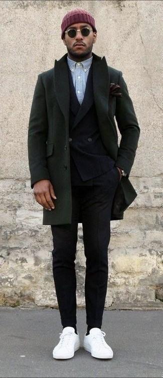 Wie kombinieren: olivgrüner Mantel, schwarzes Wollzweireiher-sakko, hellblaues Chambray Langarmhemd, schwarze Wollanzughose