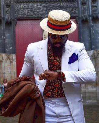 Wie kombinieren: brauner Mantel, weißes Zweireiher-Sakko, rotes bedrucktes Langarmhemd, weiße Anzughose