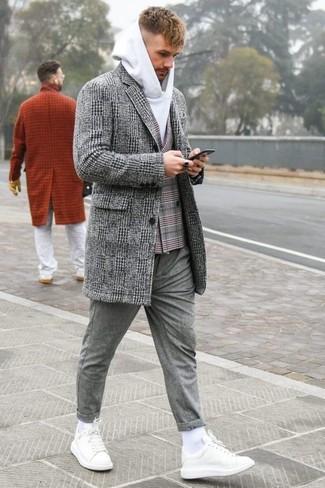 Wie kombinieren: grauer Mantel mit Schottenmuster, graues Zweireiher-Sakko mit Schottenmuster, weißer Pullover mit einem Kapuze, graue Wollchinohose
